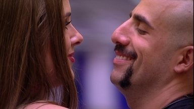 Kaysar brinca com Patrícia: 'Safadinha' - Brothers estão na sala da casa