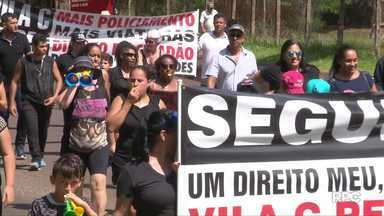 Moradores da Vila C, em Foz do Iguaçu, pedem por mais segurança - Eles fecharam a entrada principal do bairro.