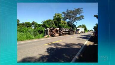 Duas pessoas ficam feridas após caminhão tombar na BR-153 - Duas pessoas ficam feridas após caminhão tombar na BR-153