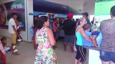 Pacientes ficam em pé nos corredores à espera de atendimento em unidade de Palmas - Pacientes ficam em pé nos corredores à espera de atendimento em unidade de Palmas