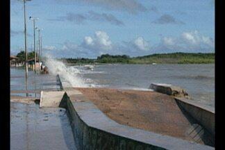 Maré alta alaga orla do distrito de Marudá, no nordeste do Pará - Prefeitura disse que somente com o fim das marés altas do mês de março que terá noção dos danos causados à orla do distrito