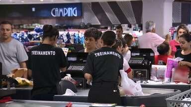 Setor de serviços impulsiona contratações em Maringá - Ano começa com saldo de empregos positivo