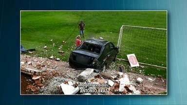 Carro atravessa preferencial, quebra muro e vai parar em campo de futebol - O estrago foi grande, mas por sorte não tinha jogo e ninguém se machucou.