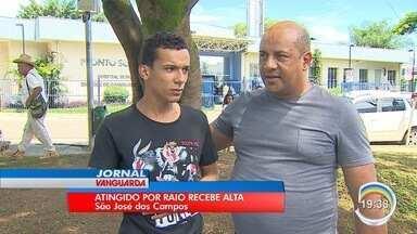 Jovem atingido por raio recebe alta do hospital em São José dos Campos - Ele estava na garupa da moto do irmão, quando foi atingido pelo raio, na última quinta. Capacete ficou com um buraco.