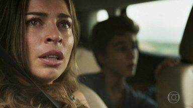 Lívia e Mariano são perseguidos e capturados pela polícia - Após denúncia de Sophia, policiais iniciam ação para encontrar os 'fugitivos'