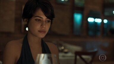 Adriana não consegue descobrir por quem Patrick está apaixonado - Advogado prefere não responder a pergunta da filha de Beth e Henrique