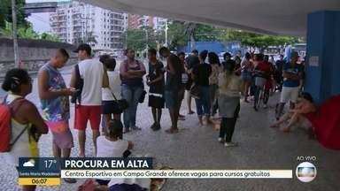 Centro Esportivo oferece vagas para cursos gratuitos na Zona Oeste - Multidão formou filas para ter acesso a senhas no Miécimo da Silva, em Campo Grande.