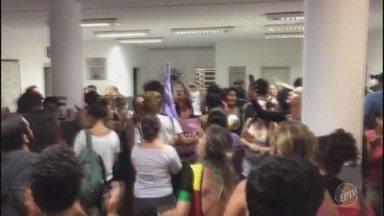 Manifestante é detida em Campinas e grupo lota delegacia - A manifestante havia sido detida durante ato por direito das mulheres. De acordo com a Emdec, 200 pessoas participaram do protesto.