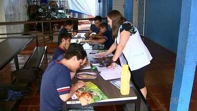 Improviso faz parte da rotina de alunos de escola em Cascavel - Alunos tem aulas no saguão da escola e também embaixo de árvore