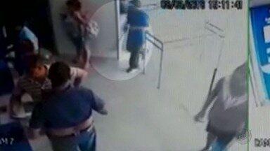 Ladrões armados invadem lotérica e assustam clientes e funcionários em Ribeirão Preto - Imagens das câmeras de segurança mostram os assaltantes ameaçando as vítimas.