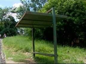 Moradores da Vila Angélica reclamam de condições de ponto de ônibus - Estrutura está danificada e não tem condições de uso.
