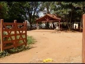 Repórter do G1 fala do cenário na fazenda após confronto em Capitão Enéas - Uma pessoa foi baleada e cinco ficaram feridas.