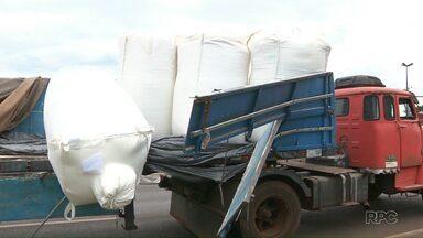 Carreta com farinha tomba na BR 277 - Mais de uma tonelada do produto ficou espalhada pela pista.
