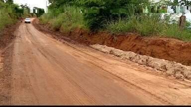 Estrada de Colatina fica intransitável após chuva atingir a região - Equipe da prefeitura esteve no local para amenizar a situação.
