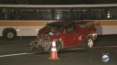 Motorista de picape morre após acidente em Campinas na Estrada Velha de Indaiatuba - De acordo com os bombeiros, o acidente envolveu um ônibus escolar.