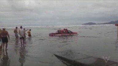 Viatura dos bombeiros afunda e vira 'atração' em praia de Santos - Viatura dos bombeiros afunda e vira 'atração' em praia de Santos.