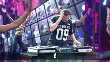 DJ Marlboro toca 'Eu Só Quero é Ser Feliz', sucesso na voz de Cidinho e Doca - DJ leva plateia e convidados à loucura