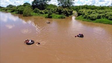 Crianças precisam usar boias para chegar a ônibus da escola no Piauí - Cena é rotina para 50 famílias de uma área rural em Campo Maior. Professor mostrou esse drama quase diário nas redes sociais.