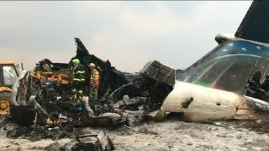 Pelo menos 50 pessoas morreram na queda de um avião, no Nepal - 12 pessoas foram resgatadas com vida. 9 ainda estão desaparecidaso acidente aconteceu durante as manobras de aterrisagem em Katmandu, a capital do Nepal