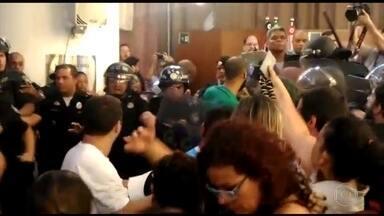 Protesto de servidores contra reforma da previdência tem confronto em SP - Tumulto começou na Câmara de Vereadores; houve tentativa de invasão e PM usou bombas de efeito moral. Professora saiu sangrando.
