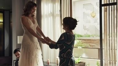 Clara fica deslumbrante com o vestido desenhado por Elizabeth - Beth entrega seus desenhos para um estilista contratado pela filha