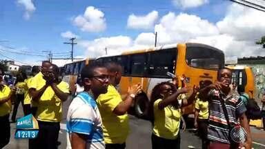 Rodoviários do Sistema Complementar fazem protesto no bairro de Cajazeiras - Eles pedem a transferência de hospital de uma colega que sofreu AVC durante o trabalho.
