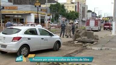 Retroescavadeira é usada para recuperar arma jogada por suspeito em valão de Vitória - Arma foi jogada no local, na Av. Leitão da Silva, durante uma fuga. Uma pessoa foi presa e outra fugiu.