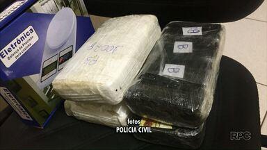 Homem é preso em Mandaguari com quatro pacotes crack e cocaína - Ele estava parada na rua e foi detido pela Polícia Militar