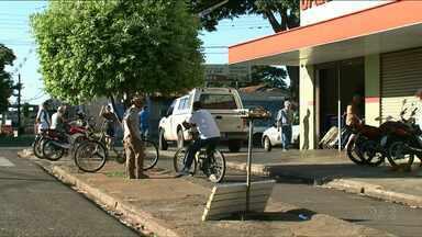 Segurança é baleado com tiros na cabeça durante tentativa de assalto em Paranavaí - Ele está internado em estado grave na Santa Casa de Paranavaí. Dois adolescentes foram apreendidos.