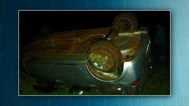 Motorista embriagado é preso depois de capotar o carro - Foi em Marechal Cândido Rondon. Os policiais fizeram o teste do bafômetro e constataram que ele havia bebido antes de dirigir.