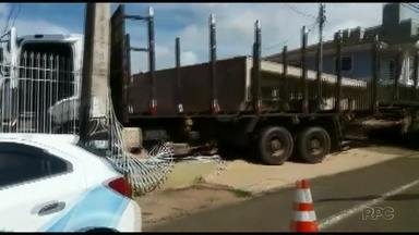 Caminhão desgovernado invade estacionamento em Ponta Grossa - O motorista teve ferimentos leves.