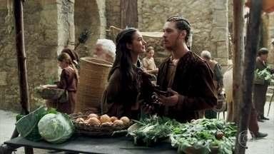 Selena incentiva Saulo a voltar para a academia - A moça leva o amigo até a feira de Montemor e conversa com a esposa de um artesão que também é cego