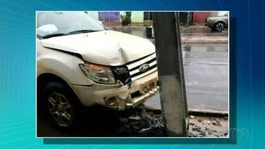 Motorista morre após passar mal e bater carro em poste - Motorista morre após passar mal e bater carro em poste