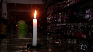 Apagão atinge 14 estados e afeta 70 milhões de brasileiros - Uma falha em uma linha de transmissão no Pará deixou 70 milhões de brasileiros sem energia elétrica, na quarta-feira (21). Quatorze estados das regiões Norte e Nordeste ficaram às escuras.