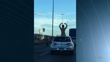 Homem é flagrado em cima de carro em movimento na BR-153, em Goiânia - Flagrante foi enviado pelo aplicativo Quero Ver na TV (QVT).