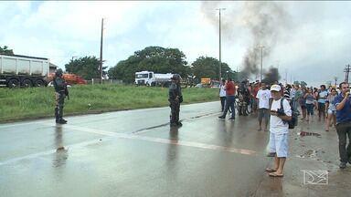 Moradores realizam protesto e bloqueam BR-135 no MA - Motivo de mais um protesto na região foi por causa de problemas de infraestrutura nas ruas da comunidade do bairro Vila Esperança, em São Luís.