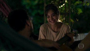 Laura decide dormir junto com Rafael - Médico pega dois quartos na pousada, mas a jovem consegue vencer mais uma barreira de seu trauma