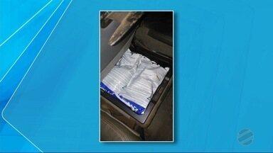 Homem é preso em Antônio João com agrotóxico comprado no Paraguai - Polícia encontrou 15 pacotes de agrotóxico no banco traseiro do veículo. Ele foi encaminhado para a Delegacia da Polícia Federal de Ponta Porã.