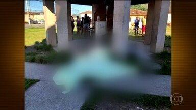 Cinco jovens são encontrados mortos em conjunto habitacional de Maricá (RJ) - A polícia acredita que tenha sido execução. Os jovens tinham marcas de tiros na cabeça. Dos cinco mortos, três eram menores de idade. Moradores acusam milicianos pelo crime.