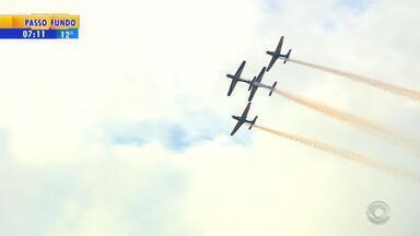 Esquadrilha da Fumaça faz show no parque Marinha em comemoração aos 246 de Porto Alegre - Manobras no céu encantaram público no domingo (25).