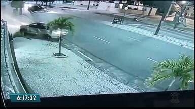 Carro ultrapassa sinal vermelho e bate em cruzamento da Av. Rui Carneiro, em João Pessoa - Duas pessoas ficaram feridas.