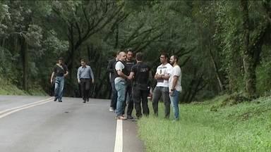 Polícia Civil do Paraná faz varreduras no lugar onde teria sido ataque à caravana de Lula - A Polícia Rodoviária explicou por que não incluiu num relatório o momento em que as testemunhas disseram que um dos ônibus parou e as marcas de tiros foram descobertas. A PRF disse que os agentes viram uma parada, mas acharam que não era relevante.