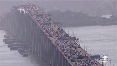 Véspera de feriadão tem movimento grande na Ponte Rio-Niterói - O tráfego em direção a Niterói e à Região dos Lagos já é maior do que o normal, mas o trâsito deve se intensificar depois do almoço nesta quinta-feira (29).