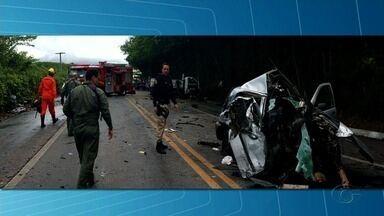 Acidente na BR-104, em Branquinha, deixa feridos - Colisão foi entre um carro de passeio e um caminhão.