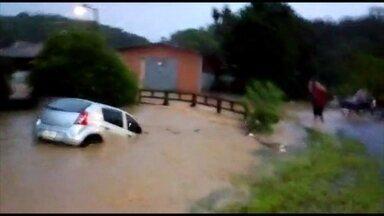 Fortes chuvas em Santa Catarina deixam dois mortos - Carro foi arrastado pela enxurrada no sábado (31) em Blumenau, no Vale do Itajaí. A Defesa Civil registrou 109 deslizamentos e 38 alagamentos na cidade. Os temporais atingiram 12 municípios catarinenses.
