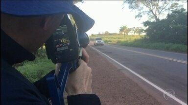 Polícia Rodoviária flagra imprudências durante o feriado - Agentes flagraram motoristas bêbados, ultrapassagens perigosas e, principalmente, excesso de velocidade.
