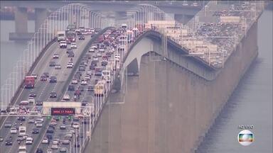 Movimento nas estradas é intenso na volta do feriadão de Páscoa - Em São Paulo, a Rodovia dos Bandeirantes teve grande congestionamento nesta segunda (2). Na Castelo Branco, o trânsito rtambém era intenso. Na ponte Rio-Niterói, o motorista fazia a travessia em mais de 20 minuos
