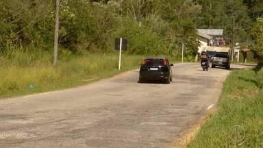RJ-142 continua causando problemas para motoristas na Região Serrana do Rio - Assista a seguir.