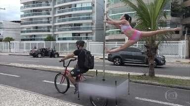 Performance em bicicleta divulga pole dance como esporte - Atletas se apresentam em lugares públicos para mostrar que o pole é muito mais que uma dança sensual