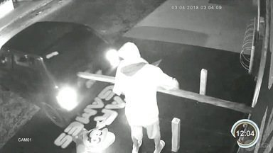 Vídeo mostra furto frustrado após trapalhada de criminosos em São José - Estaca usada para arrombar a porta quebra e ladrão quase é atropelado.